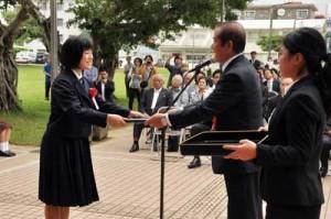 新たに設けられた芸術文化功労賞の表彰式(左)と、市民の力作が並んだ作品展示=29日、奄美市名瀬