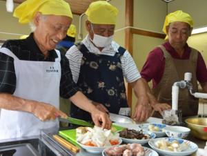 楽しく調理する参加者たち=21日、奄美市名瀬