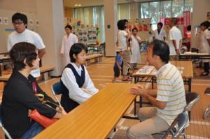 各職種のブースで進路や職種についてアドバイスを受ける参加者=10日、奄美文化センター