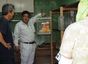 作業内容などを説明する村担当職員(中央)=19日、宇検村