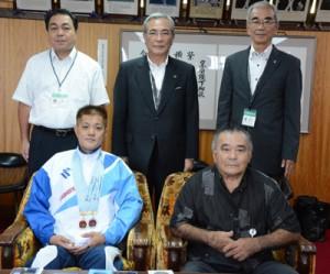 全国優勝を奄美市長に報告した登尾さん(前列左)=31日、奄美市役所