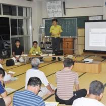 宇検村での住民説明会で国立公園計画を紹介する鈴木祥之上席自然保護官=22日夜、 同村湯湾
