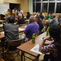 住民投票で採石場計画への反対を決めた津名久集落の臨時総会=20日、大和村の津名久防災会館
