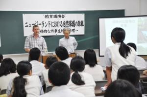 ニュージーランドの外来生物対策について語るアル・グレン博士(奥左)=17日、樟南第二高校