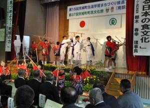 棒踊りなどの伝統芸能が披露された生涯学習まちづくり推進フェアのオープニング=30日、天城町
