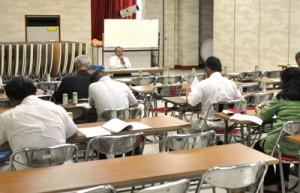 LCC誘致など活動の方針を話し合った航空航路対策協議会の会合=8日、徳之島町