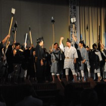 住民らが熱演した方言劇「母間騒動千年物語」=16日、徳之島町の母間小学校