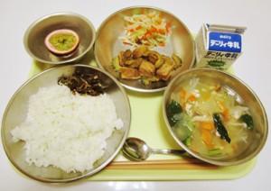 シビやシブリなど島の食材を使った金久中の給食メニュー(提供写真)