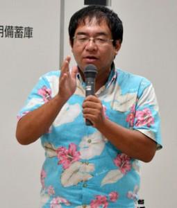 体験活動を取り入れた民宿について講演した東川さん=6日、奄美市役所住用総合支所