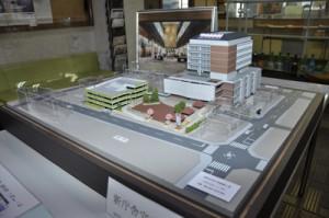 名瀬小学校側から見た新庁舎の模型
