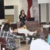 パッケージデザインの知識習得を目的に開催された研修会=13日、奄美市名瀬