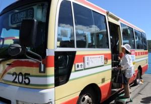 100円バス検証実験がスタートした加計呂麻バスの瀬相―実久線=同日、同町瀬相