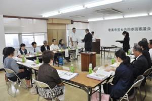委嘱状の交付もあった男女共同参画審議会=12日、奄美市役所