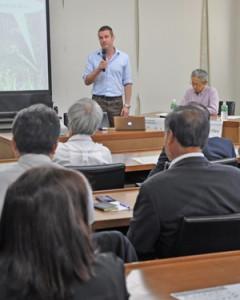 ニュージーランドの外来種対策について語るアル・グレン博士(奥左)=25日、奄美市役所