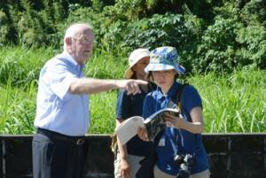 木慈集落で1960年代のノロ祭祀、集落の様子などを解説するクライナーさん(左)=上=。武名集落でのアシャゲ調査=17日、加計呂麻島
