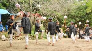 「スクテングヮ」など男衆がユーモラスな踊りを披露した諸鈍シバヤ=9日、瀬戸内町加計呂麻島の大屯神社