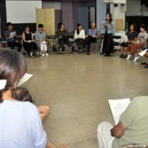参加者約30人が輪になり意見を出し合ったイベント=29日、瀬戸内町古仁屋