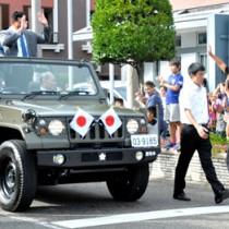 新十両昇進を決めた明生関(左)。師匠の立浪親方と共に、古仁屋市街地をパレードした=29日、瀬戸内町