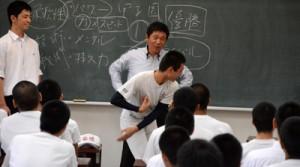 大島高校野球部員に投球指導する木村さん=31日、大島高校