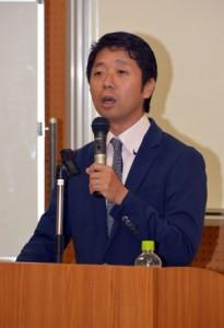 島尾文学をテーマに講演した名桜大学の小嶋上級准教授=30日、奄美図書館