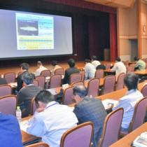 リュウキュウアユの生息環境に配慮した工法を発表する伊村さん=25日、鹿児島市の県市町村自治会館
