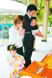 両親らが子どもの健やかな成長を祈った七五三参り=15日、奄美市名瀬の高千穂神社