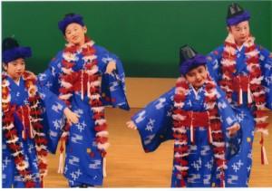西伊登子道場チャリティー発表会の演目の一つ「貫花(ぬちばな)」を舞う子どもたち=19日、知名町(提供写真)