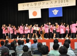 多彩なプログラムで来場者を楽しませた舞台発表=6日、伊仙町