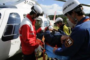 傷病者をストレッチャーからドクターヘリに移す訓練をする救急隊員ら