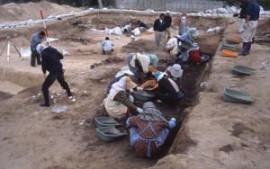 面縄第二貝塚の調査風景=2002年11月28日、伊仙町教育委員会提供