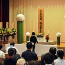 384柱の冥福を祈り花を手向けた合同慰霊祭=24日、奄美市名瀬の奄美和光園