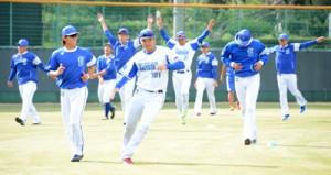 奄美秋季キャンプをスタートさせたベイスターズの選手たち(上)。投手陣の守備練習=2日、名瀬運動公園市民球場