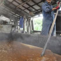 新黒糖の製造が始まり甘い香りに包まれた徳南製糖の工場=22日、伊仙町犬田