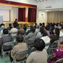 約100人が聴講した手紙講演会=17日、和泊町