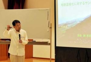 地球温暖化とサンゴ礁の相関関係などを解説した茅根教授=16日、喜界町役場コミュニティーセンター