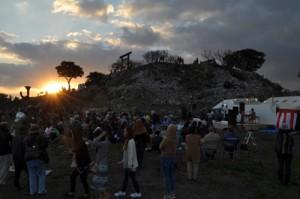 劇「世之主」の上演などがあった野外音楽祭の会場。正面の頂に世之主神社がある=3日午後5時半ごろ、和泊町内城