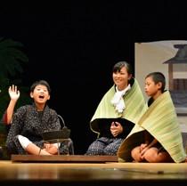 島口劇を披露した市小中学校の児童生徒ら=26日、奄美市名瀬の奄美文化センター