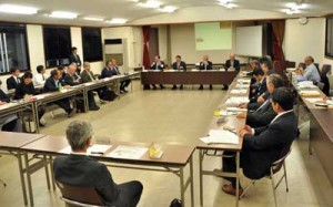 リピーター確保への取り組みなどで意見を交わした「奄美大島北部の観光を語ろう会」=30日、奄美市名瀬の奄美会館