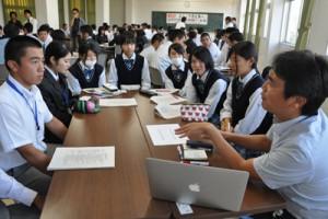 丸の内プラチナ大学の受講生らと交流した高校生ら=4日、天城町の樟南第二高校