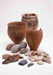 九学会連合の調査で出土した土器や貝類などの遺物(鹿児島県立埋蔵文化財センター所蔵河口貞徳コレクション)