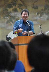 講演した伊志嶺博司理事長=10月31日、徳之島町