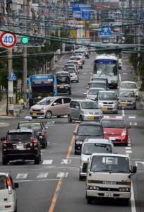 奄美大島では「奄美」のナンバープレートを付けた車両が徐々に増えつつある=11月、奄美市名瀬
