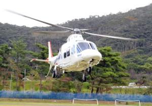 運航前訓練でランデブーポイントに着陸する奄美ドクターヘリ=11日、龍郷町