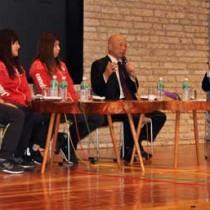 栄さんと3選手がユーモアを交えた掛け合いで会場を沸かせたトークイベント=20日、奄美市笠利町の県奄美パーク