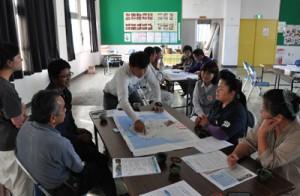 野元尚巳さん(中央)とトレイルコースの選定に向けて意見交換した参加者ら=26日、伊仙町