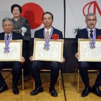 第40回南海文化賞を受賞した(前列左から)山田氏、上平川大蛇踊り保存会の山内会長、あまみエフエムディ!ウェイヴの麓代表=1日、奄美市名瀬