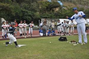 児童にバッティング指導する青柳昴樹外野手=12日、名瀬運動公園陸上競技場
