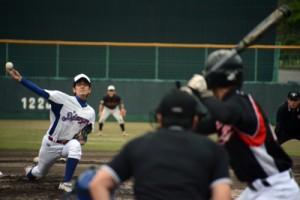 奄美市の8地区が熱戦を繰り広げた南海日日旗争奪地区対抗野球大会の開幕試合の住用―笠利戦=23日、名瀬運動公園市民球場