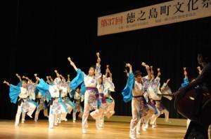 25団体が多彩な演目を披露した舞台発表=3日、徳之島町