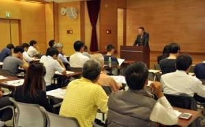 空き家の利活用や維持管理などについて専門家が解説した「空き家セミナー」=19日、奄美市